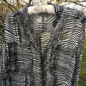 Lækker Skjorte fra By Second Female, Str S.   Der må gerne bydes