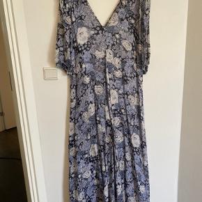 Tidligere ejer har forsøgt at sy kjolen i siden for neden. Det ses ikke, når kjolen er på, men kan sagtens syes pænere.   Passes af s-lille m