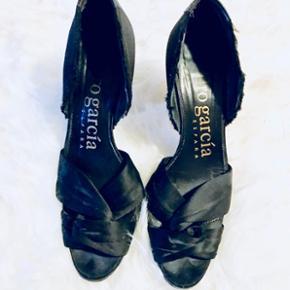 ✨ Pedro Garcia Dior stiletter i sort. Der er sat ny gummi-sål på, så de er lækre og gå i.   ✨ 8 cm hæl  ✨ Str. 37 ( passer en 37 / 38)  ✨ NP: 2099kr