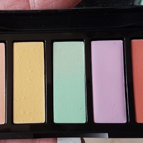3 x Gosh colour corrector Kit, aldrig brugt.  COLOUR CORRECTOR KIT er et farvekorrigerende kit bestående af fem farver, som giver mulighed for at mindske små skønhedsfejl og forberede ansigtet til den perfekte makeup. Den cremede konsistens gør den nem at tone ud.  Værdi: 149 kr. Pris: 1 for 55 kr., 2 for 100 kr., alle 3 for 120 kr.