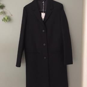 Smuk uldjakke fra COS i navy str. 36. Har aldrig været brugt, har stadig mærke i og sælges kun fordi det er forkert størrelse :-) nypris er 1550kr, så min mindstepris er 1200kr ✨