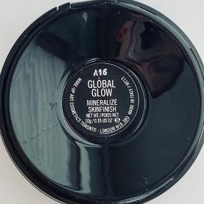 MAC Highlighter, Global glow  Samt 2 x MUA highlighter  Alle 3 er prøvet på en enkelt gang, så de er så gode som nye