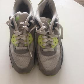 Nike sneakers i str. 38.5. Skoene er brugt og trænger til at blive vasket, men ellers fremstår de i god stand. De har stadig mange kilometer i sig. Kom med et bud :)