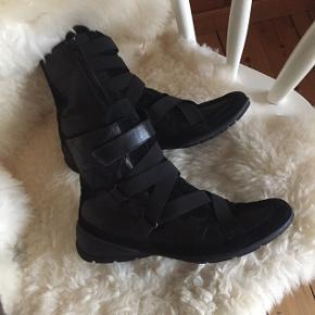 Sorte støvler i læder med ruskind fra mærket minelliStr: 39