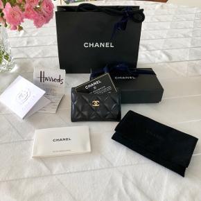 Klassisk Chanel kortholder i sort lammeskind ❤️  Guld hardware.  Alt medfølger.   Købt for halvandet år siden i Harrods i London.   Se også min anden Chanel kortholder jeg har til salg med sort logo i chevron, model 'so black'