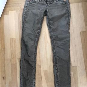 Så flotte jeans fra TR i lidt slidt look i banyfløjl. Flot oliven farve. Str 28/34