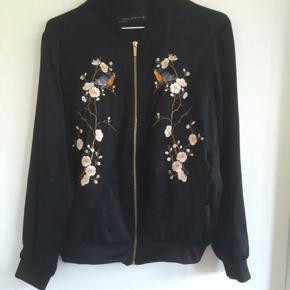 Smukkeste Bomberjakke fra Zara i lækker tyk satinkvalitet med broderi. Kun brugt et par gange - i meget pæn stand.  #30dayssellout