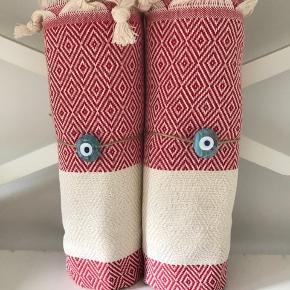 Hamam Hammam De vævede, tyrkiske hammam-håndklæder er lavet af 100% tyrkisk bomuld. De er super bløde og næsten silkeagtige at røre ved. Den stramme, flade vævning gør dem meget absorberende, lette og hurtigt tørrende.  Brug som badehåndklæde på rejsen eller i spaen. De fine mønstre gør håndklæderne super smukke at bruge som sarong, tørklæde, babyslynge, tæppe eller meget andet. 159pr stk. Plus Porto 37kr. Ved køb af flere deler jeg gerne porto'en☺️