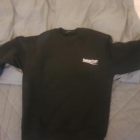Sælger dennne BALENCIAGA crewneck!   10/10 COND! SPLINTERNY!!!  DEN ER MINDRE END 30 DAGE GAMMEL!!!! HAR STADIG KVITTERING OG KØBSBOKS SOM MEDFULGTE, DU FÅR DET HELE VED ET SALG!  Ingen brugsmærker eller lignende. Som at købe en fuldstændig ny trøje, blot uden mærket.  Jeg er 183 og vejer 79kg. Den fitter mig fint, men giver mig ikke det oversize look jeg gerne ville have. Derfor jeg sælger den.  Kun seriøse henvendelser. Du sparer 1300KR ved et køb her. INGEN mærker efter brug, kun mærket mangler. EN MÅNED GAMMEL!