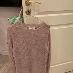 Sælger smuk sweater fra neo Nooir. Næsten aldrig brugt, og er perfekt her til vinter BYD