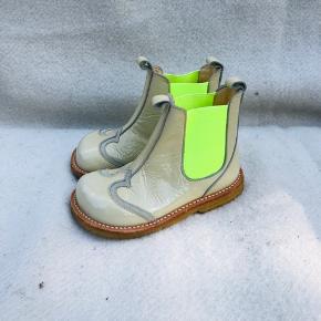 Helt nye støvletter / ankelstøvler fra Angulus i beige lak med skridsikre rågummisåler.  Elastik på inder- og ydersiden, så de er hurtige og lette at få på.  Indvendig mål ca 15,4 cm Overgangstøvler. Nypris 899,-