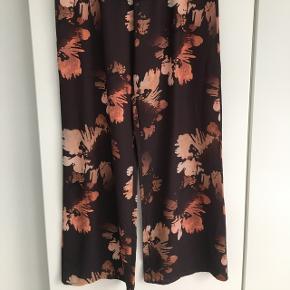 Blomstrede bukser fra Drys - desværre for store til mig.