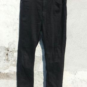 Jeans fra Cheap Monday, model: second skin new black, 30/32, rå kanter forneden af benene.