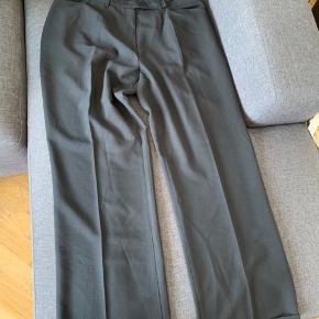 Bukser med opsmøg og brede ben. Virkelig flot til en god sko eller støvle. Polyester.