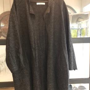 Super cool oversize sweater/jakke. Købt i Milano.  Brugt en enkelt gang. Perfekt stand. Nypris: kr 800,-  Køber betaler evt porto og gebyr. Handler gerne mobilepay
