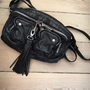 Stine i vasket læder fra Nunoo.  Sælges med pompon 🖤