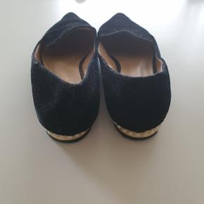 Smukke flats med perle detaljer. 1 perle mangler på den ene sko, men det er ikke noget man lægger mærke til.