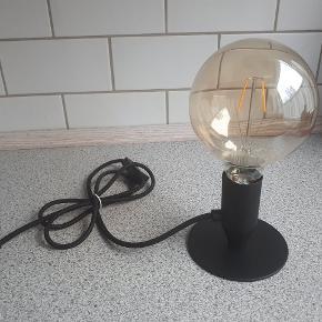 Fin bordlampe med synlig pære. Højde: 24 cm. Ledning, længde:150 cm.