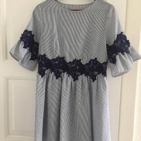 East Femme - aldrig brugt. Fin sommerkjole i lækkert materiale
