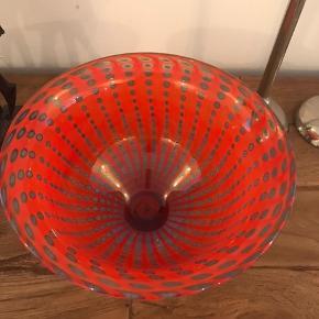 Den fineste håndlavet glasskål fra Sverige i rød og blå farver.   BYD gerne!