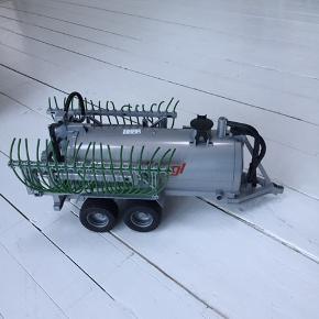 BRUDER. Gyllespreder til bruder traktor. Er egentlig i ok stand men der er knækket en lille flig af (se billede 3) men den kan absolut stadig bruges