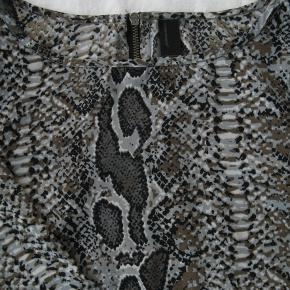 Fin let bluse.  Brystmål ca. 2x48 Længde fra skulderen og ned ca. 55,5  Jeg tager desværre ikke billeder med tøjet på.