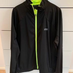 Diverse sportstøj - løbejakke, langærmede og trænings t-shirts i store str. og kendte sports brands.
