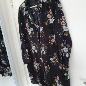 Lang skjorte, kan også anvendes som skjortekjole.