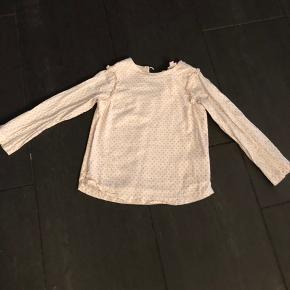 Smuk Noa Noa skjorte kun brugt to gange. Dog gik stroppen op ved knappen. Den fingernemme-type vil dog kunne fikse det igen. Prisen er sat derefter.