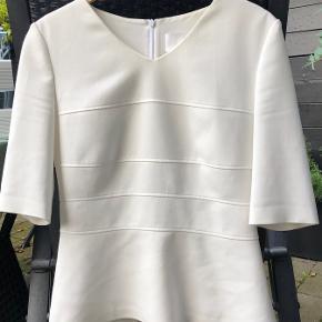 Blusen er godt brugt men fejler ikke noget  Der er en lille mørk plet nederst (billede 2)  Nypris 1700 kr  FAST PRIS 100 + PORTO