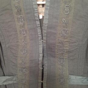 Varetype: Kort jakke Farve: Flaskegrøn Oprindelig købspris: 449 kr.  Sød kort jakke fra Noa Noa, str S , i flaskegrøn med hægter og broderet detalje .............binde bånd i ryggen.  Brystmål 47 cm , længde 50 cm.................100 % bomuld