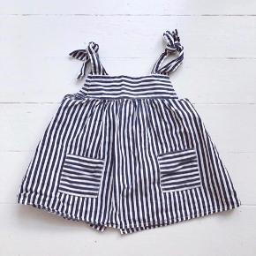Vintage forklæde-kjole, str 2 år. Den har en svag plet ved kanten foran halsen, men ikke noget man lægger mærke til. Så fin og nostalgisk. Ren bomuld. God men brugt, da den er vintage.