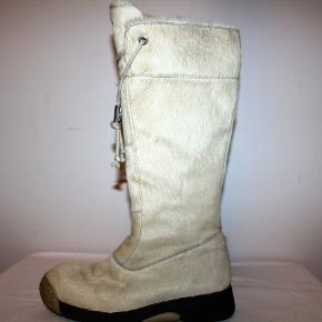 """Støvler i skind med kraftig gummisål. Synes de fremstår bedre en """"godt men brugt""""."""