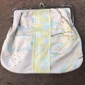 Sød taske fra Noa Noa i 100 procent silke 💫 . Mangler en hank, men der er små dutter så man selv kan sætte en hank på.