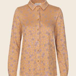 Lucian Shirt - Stardot Yellow - super lækker bluse som både kan bruges lukket men også åben som en lille jakke ...  Jeg har også bukserne til salg i samme serie ✔️  Fuldstændig som ny ... Nypris 1200,-