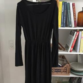 Mørkegrå meleret kjole fra Moss Copenhagen. Brugt få gange