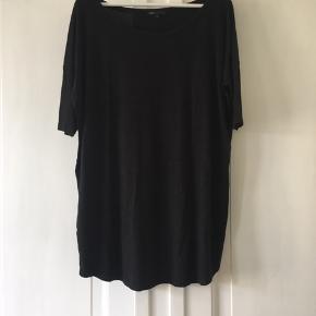 Oversize kjole fra Moss Copenhagen i mørkegrå. Size 2, svarende til en M, som stadig er oversize og kan derfor anvendes af S-L alt afhængig af hvor løst man vil have den. Brugt meget lidt og derfor i pæn stand.  Fra ikke-ryger hjem uden dyr.