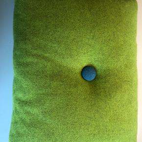 Uldpude, 45x60 cm. Blå og lilla knap. Se også mine andre Hay puder.