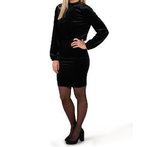 Sort velour kjole fra mbym i str. S. Med åben ryg.  Hentes i Roskilde eller sender med DAO mod betaling af fragt.