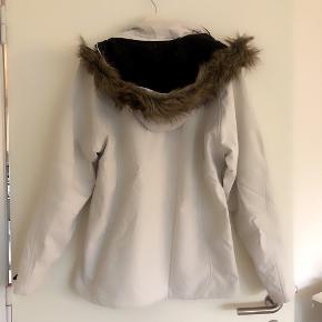Alpine hvid jakke taljeret med fake pelskant på huen, der kan lynes af. Str xxl