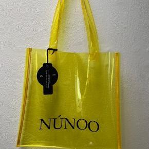 Nunoo shopper i gennemsigtig gul. Stadig med prismærke - nypris 250kr. Kan sendes for købers regning eller hentes i Herning.