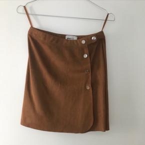 Sød nederdel, i ruskinds look. Str 34 OBS: Køber betaler selv fragt hvis den skal sendes 📦📬