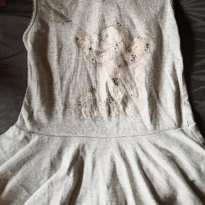 Rigtig fin kjole med søde små detaljer, tiggerdyr i svag print ikke dominerende