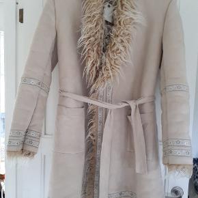 Så flot frakke jakke med de fineste broderier og bindebånd.   #30dayssellout