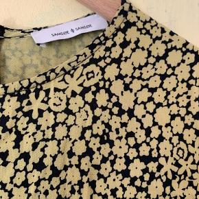 Super flot kjole i modellen: raven. 100 % viskose. Kjolen er gul og mønstret er sort 💛  Sælger både i Aarhus og Silkeborg.