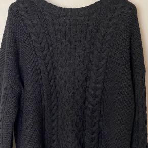 Lækker oversized kabelstrikket sweater i flot stand. Strikken er længere bagtil end foran.