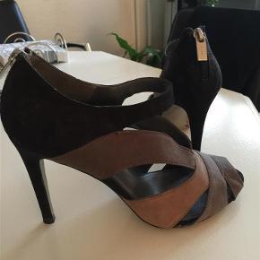 Brand: Charles & Keith Varetype: sko Farve: Sort / grå Oprindelig købspris: 500 kr.  Sort / grå/ brun sandal med 10 cm hæl i 3 farvet ruskind og lynlås bag på....