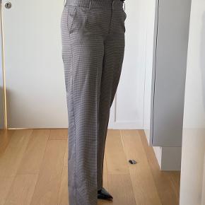 Så lækre og stilfulde Heartmade bukser med brede ben. Fine tern i blå og brun.