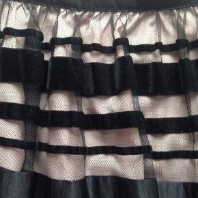 Fin Mango nederdel i sort og nude. Den har velour og silke bånd. Det er en str. 40, men den måler kun 2x37,5 i livvidde, så den er lille i størrelsen.