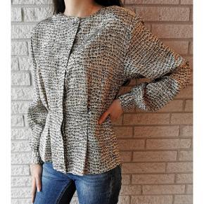 Silk shirt 🦋 Formsyet blank silkeskjorte i farverne hvid og blå. Skjorten er som ny, og fejler intet. Knapperne er skjulte, hvilket giver et meget elegant look. Skjorten kan kombineres til alt, og vil især klæde jeans. Ethvert klædeskab vil blive beriget af denne sag. Passer en størrelse xxs-l Skriv en privat besked for mere info🌸 Pris: 180